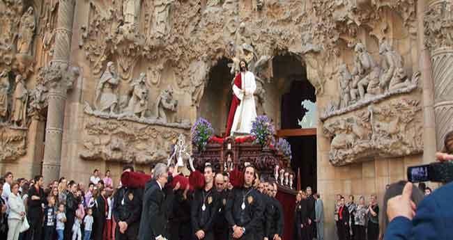 El món confrare barceloní s´aplega a la Sagrada Família